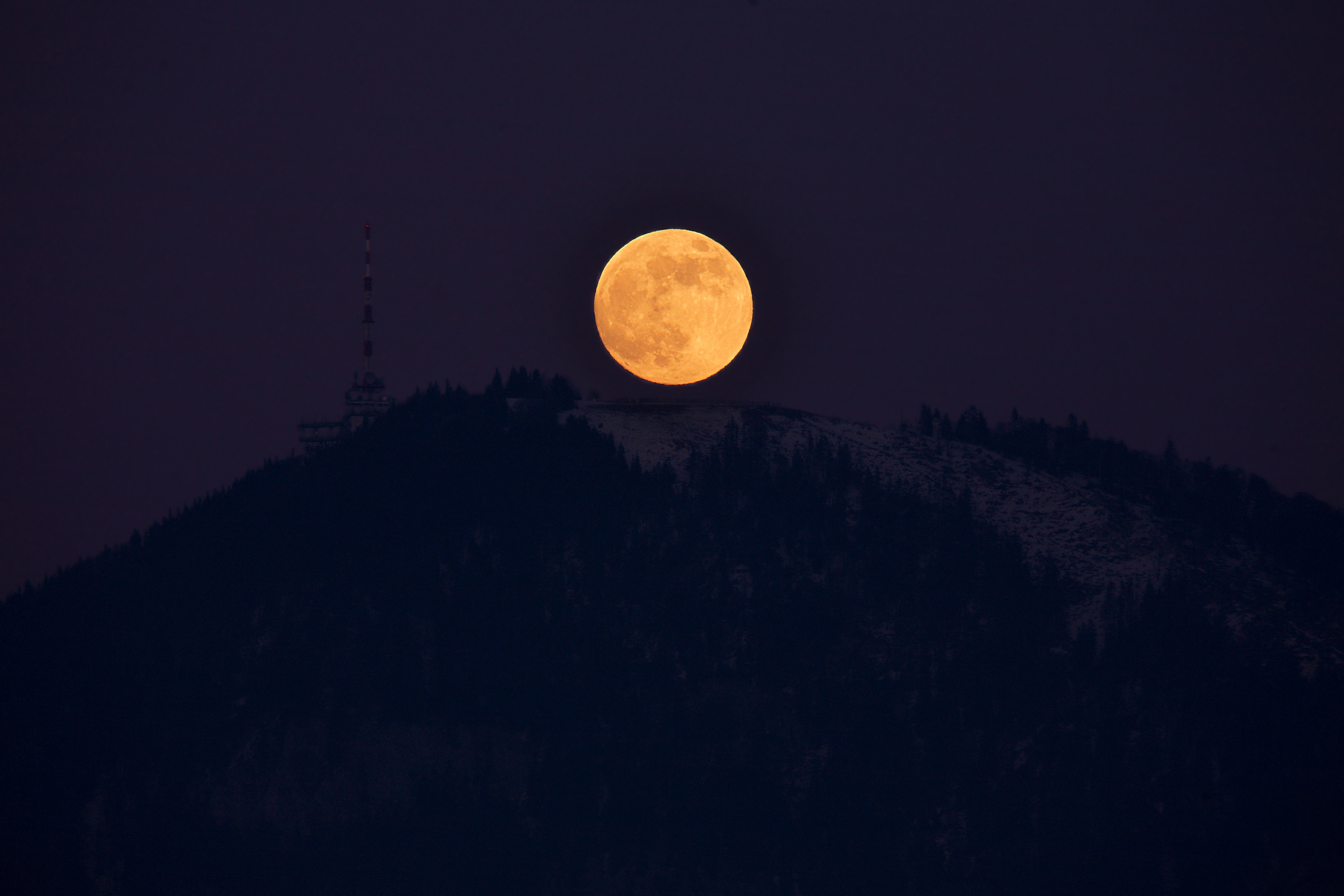 Gaisberg_and_rising_full_moon